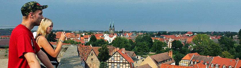 Keskiaikaisia kaupunkeja sekä jättipato